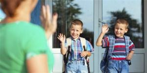 11577-school-kids-waving-goodbye-mom-landsc.1200w.tn